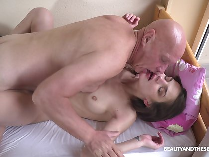 Petite girl leaves grandpa encircling fuck her roseate a few rounds